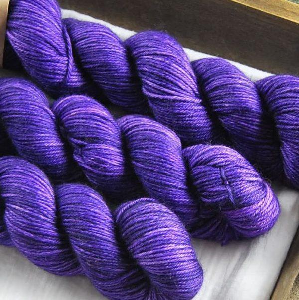 une-louve-dans-les-bois-1-laine-artisanal-teinte-main-DK-merino-1001-nuits