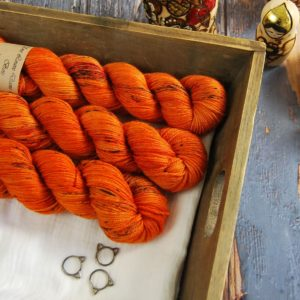 une-louve-dans-les-bois-1-laine-artisanal-teinte-main-DK-merino-au-coin-du-feu