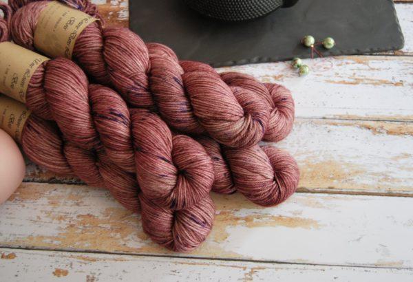 une-louve-dans-les-bois-1-laine-artisanal-teinte-main-DK-merino-blueberry-sorbet
