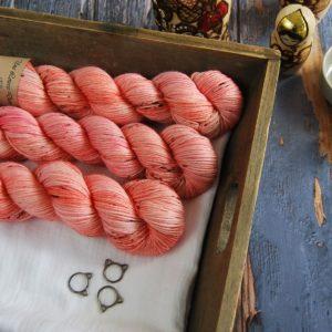 une-louve-dans-les-bois-1-laine-artisanal-teinte-main-DK-merino-caliente
