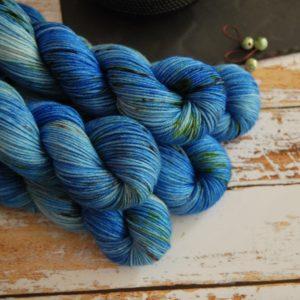 une-louve-dans-les-bois-1-laine-artisanal-teinte-main-DK-merino-cenotes