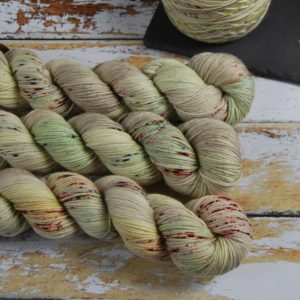 une-louve-dans-les-bois-1-laine-artisanal-teinte-main-DK-merino-ecumes