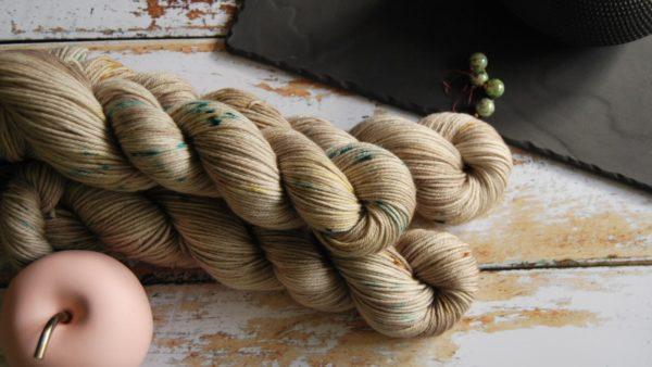 une-louve-dans-les-bois-1-laine-artisanal-teinte-main-DK-merino-en-amoureux-sur-la-plage