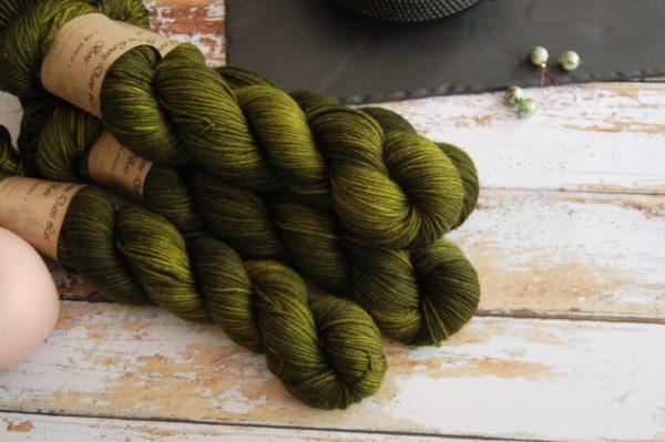 une-louve-dans-les-bois-1-laine-artisanal-teinte-main-DK-merino-foret-noire