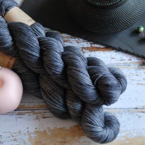 une-louve-dans-les-bois-1-laine-artisanal-teinte-main-DK-merino-graphite