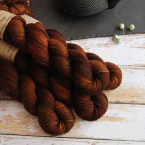 une-louve-dans-les-bois-1-laine-artisanal-teinte-main-DK-merino-l-odeur-du-bois