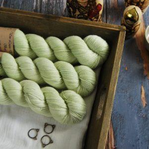 une-louve-dans-les-bois-1-laine-artisanal-teinte-main-DK-merino-minty