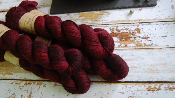 une-louve-dans-les-bois-1-laine-artisanal-teinte-main-DK-merino-petite-griotte