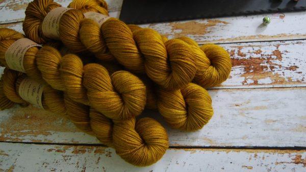 une-louve-dans-les-bois-1-laine-artisanal-teinte-main-DK-merino-ruee-vers-l-or