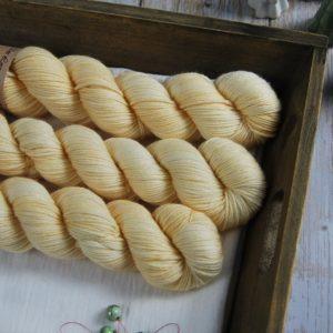 une-louve-dans-les-bois-1-laine-artisanal-teinte-main-DK-merino-soleil-de-minuit