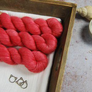 une-louve-dans-les-bois-1-laine-artisanal-teinte-main-alpaga-soie-DK-cachemire-coeur-de-cerise