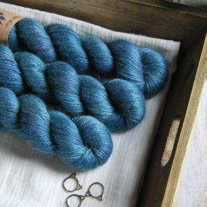 une-louve-dans-les-bois-1-laine-artisanal-teinte-main-alpaga-soie-cachemire-ARAN-dans-les-profondeurs