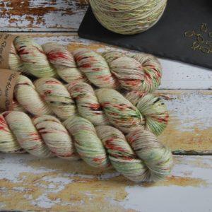 une-louve-dans-les-bois-1-laine-artisanal-teinte-main-alpaga-soie-cachemire-ARAN-ecumes