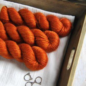 une-louve-dans-les-bois-1-laine-artisanal-teinte-main-alpaga-soie-cachemire-ARAN-fall