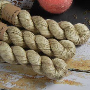 une-louve-dans-les-bois-1-laine-artisanal-teinte-main-alpaga-soie-cachemire-ARAN-latte