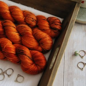 une-louve-dans-les-bois-1-laine-artisanal-teinte-main-alpaga-soie-cachemire-DK-au-coin-du-feu