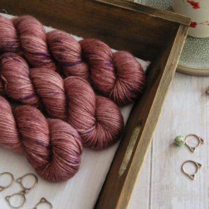 une-louve-dans-les-bois-1-laine-artisanal-teinte-main-alpaga-soie-cachemire-DK-blueberry-sorbet