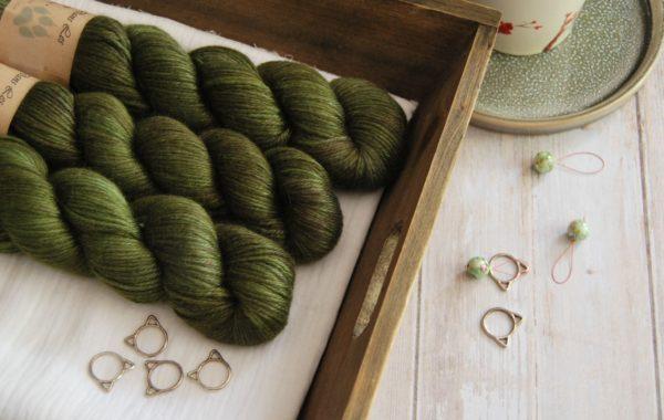 une-louve-dans-les-bois-1-laine-artisanal-teinte-main-alpaga-soie-cachemire-DK-brocéliande