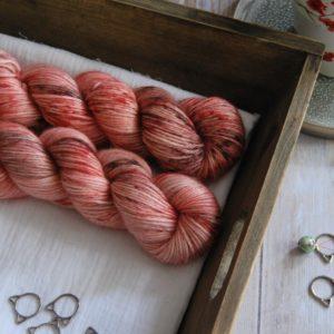 une-louve-dans-les-bois-1-laine-artisanal-teinte-main-alpaga-soie-cachemire-DK-caliente