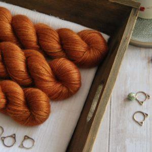 une-louve-dans-les-bois-1-laine-artisanal-teinte-main-alpaga-soie-cachemire-DK-cassonade