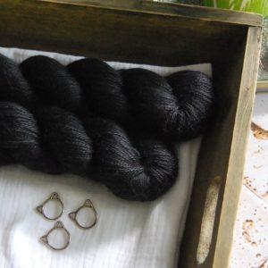 une-louve-dans-les-bois-1-laine-artisanal-teinte-main-alpaga-soie-cachemire-DK-clair-obscur