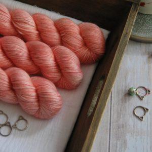 une-louve-dans-les-bois-1-laine-artisanal-teinte-main-alpaga-soie-cachemire-DK-coral-bay