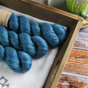 une-louve-dans-les-bois-1-laine-artisanal-teinte-main-alpaga-soie-cachemire-DK-dans-les-profondeurs