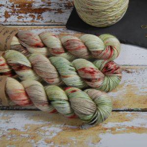 une-louve-dans-les-bois-1-laine-artisanal-teinte-main-alpaga-soie-cachemire-DK-ecumes