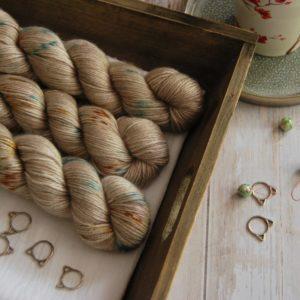 une-louve-dans-les-bois-1-laine-artisanal-teinte-main-alpaga-soie-cachemire-DK-en-amoureux-sur-la-plage