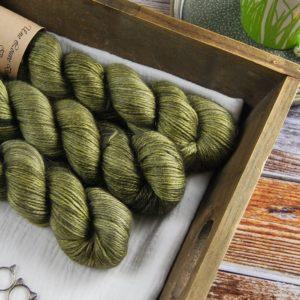 une-louve-dans-les-bois-1-laine-artisanal-teinte-main-alpaga-soie-cachemire-DK-en-terres-d-irlande