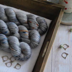 une-louve-dans-les-bois-1-laine-artisanal-teinte-main-alpaga-soie-cachemire-DK-epaves-en-mer-d-iroise