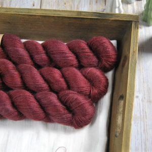 une-louve-dans-les-bois-1-laine-artisanal-teinte-main-alpaga-soie-cachemire-DK-erables-en-automne
