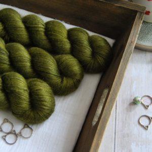 une-louve-dans-les-bois-1-laine-artisanal-teinte-main-alpaga-soie-cachemire-DK-foret-noire