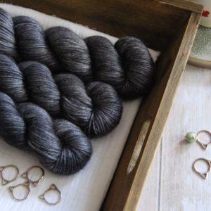 une-louve-dans-les-bois-1-laine-artisanal-teinte-main-alpaga-soie-cachemire-DK-graphite
