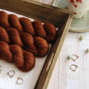 une-louve-dans-les-bois-1-laine-artisanal-teinte-main-alpaga-soie-cachemire-DK-l-odeur-du-bois