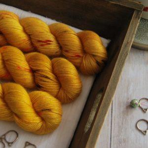une-louve-dans-les-bois-1-laine-artisanal-teinte-main-alpaga-soie-cachemire-DK-les-tournesols