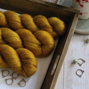 une-louve-dans-les-bois-1-laine-artisanal-teinte-main-alpaga-soie-cachemire-DK-ruee-vers-l-or