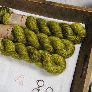 une-louve-dans-les-bois-1-laine-artisanal-teinte-main-alpaga-soie-cachemire-DK-sous-les-tilleuls