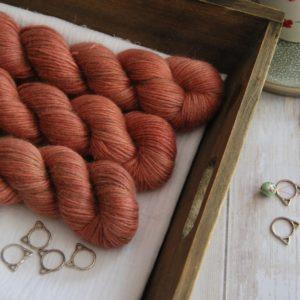 une-louve-dans-les-bois-1-laine-artisanal-teinte-main-alpaga-soie-cachemire-DK-tea-time