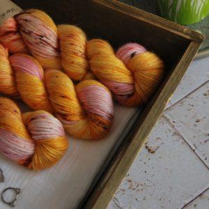 une-louve-dans-les-bois-1-laine-artisanal-teinte-main-alpaga-soie-cachemire-DK-waiting-for-summer