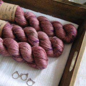 une-louve-dans-les-bois-1-laine-artisanal-teinte-main-alpaga-soie-cachemire-blueberry-sorbet