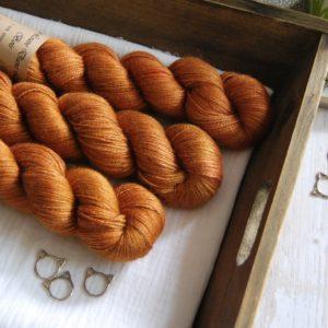 une-louve-dans-les-bois-1-laine-artisanal-teinte-main-alpaga-soie-cachemire-cassonade
