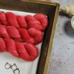 une-louve-dans-les-bois-1-laine-artisanal-teinte-main-alpaga-soie-cachemire-coeur-de-cerise