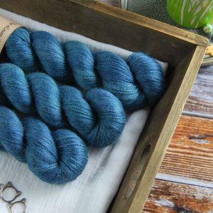 une-louve-dans-les-bois-1-laine-artisanal-teinte-main-alpaga-soie-cachemire-dans-les-profondeurs