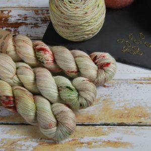 une-louve-dans-les-bois-1-laine-artisanal-teinte-main-alpaga-soie-cachemire-ecumes