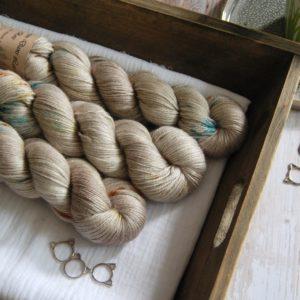 une-louve-dans-les-bois-1-laine-artisanal-teinte-main-alpaga-soie-cachemire-en-amoureux-sur-la-plage