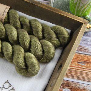 une-louve-dans-les-bois-1-laine-artisanal-teinte-main-alpaga-soie-cachemire-en-terres-d-irlande
