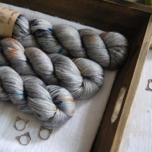 une-louve-dans-les-bois-1-laine-artisanal-teinte-main-alpaga-soie-cachemire-epaves-en-mer-d-iroise