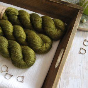 une-louve-dans-les-bois-1-laine-artisanal-teinte-main-alpaga-soie-cachemire-foret-noire