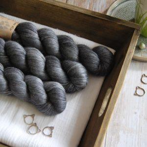 une-louve-dans-les-bois-1-laine-artisanal-teinte-main-alpaga-soie-cachemire-graphite